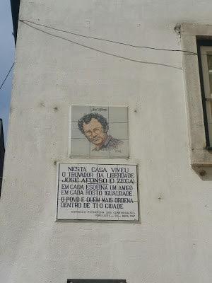 Many important people studied in Coimbra. They are remembered by plaques on their former domiciles. - Mucha gente importante estudió en Coímbra. Placas comemorativas en sus antiguos domicilios les recuerda.