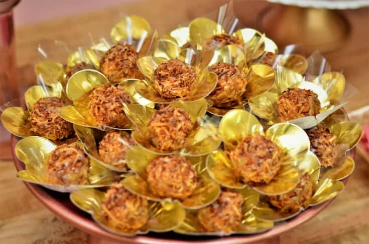 Doce fino de coco queimado decorando mesa de festa