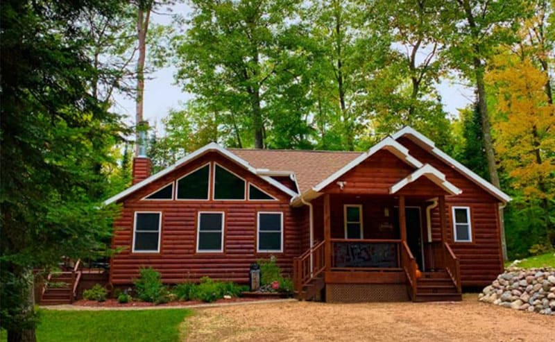Romantic Cabins in Wisconsin, Beautiful Front view Cabin in forest, marvelous cabin is Minocqua, places in Wisconsin