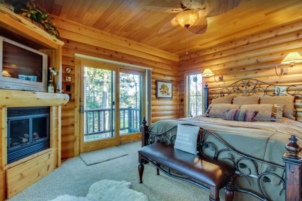 Romantic Cabins in Wisconsin, beautiful lake view and wonderful view of the water