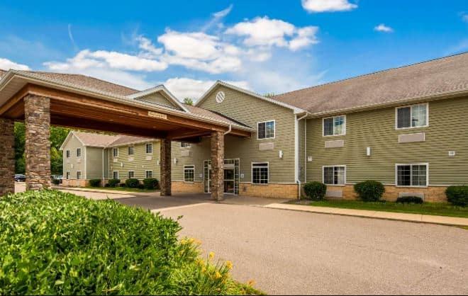 Best Resorts in Northern Wisconsin, Hotel front view of  Western Crandon Inn & Suites, Crandon, Wisconsin