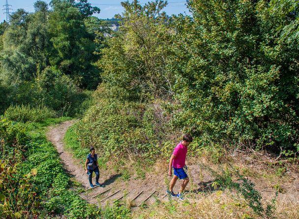 Best Medium Level Hiking Trails near Brussels, Couple hiking in Het Moeraske, Evere