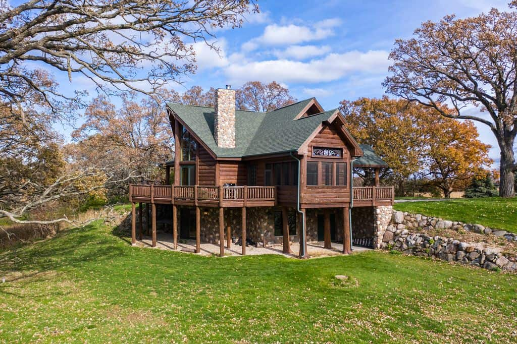 Best lake side cabin in wisconsin, Top and Full view of Stunning Log Cabin