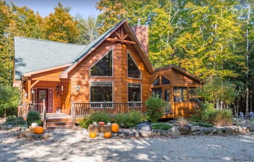 Best Winter Cabins in Door County, front view of Immaculate Hand-Hewn Log Cabin – Egg Harbor, Door County