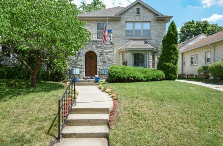 Best luxury airbnb milwaukee, Front view of Lakeside Beauty