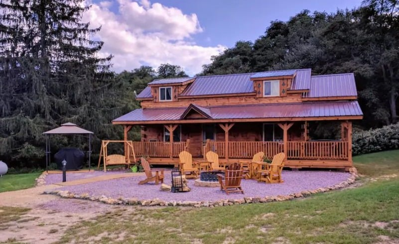 Best Wisconsin Cabin with Hot Tub, Full view of Big R's Retreat cabin