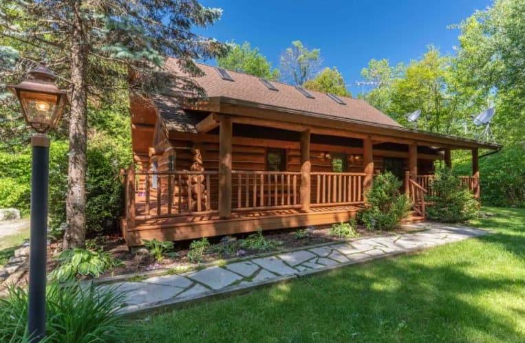 Best pet friendly cabin in door county, front view of Green apple lodge