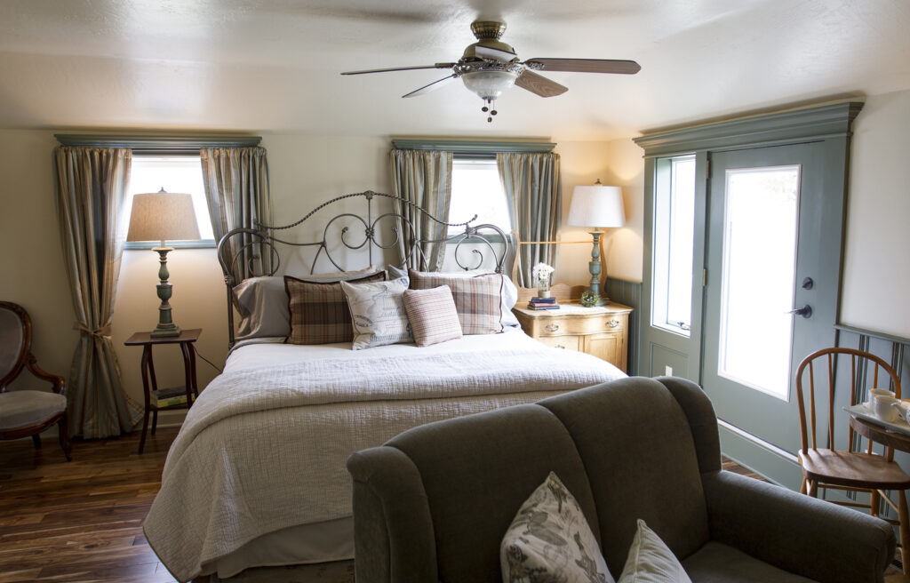 Best resorts in Door County for couples, cozy room with large bed with lots of pillows and a seating area