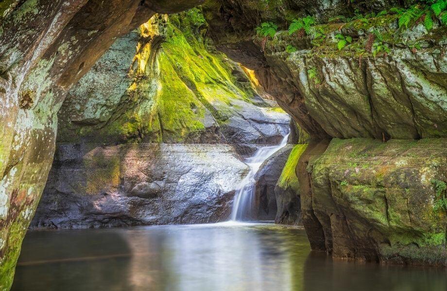 waterfalls near Wisconsin Dells, waterfall inside cenote-like rock formation along Pewit's Nest Trail