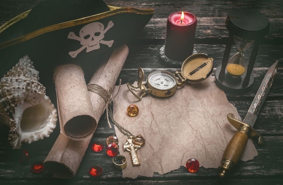 Pirate hat, compass, knife gems and maps; enjoy a pirate escape room in Madison