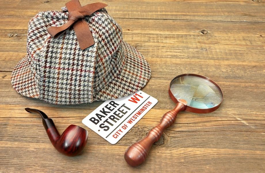 Deerstalker cap with magnifying glass, pipe and Baker Street sign; this escape room in Green Bay has a Sherlock game