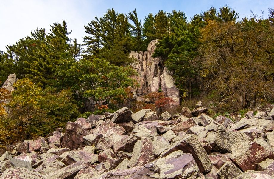 popular places for hiking in Wisconsin Dells, rocks along the Tumbled Rocks Trail