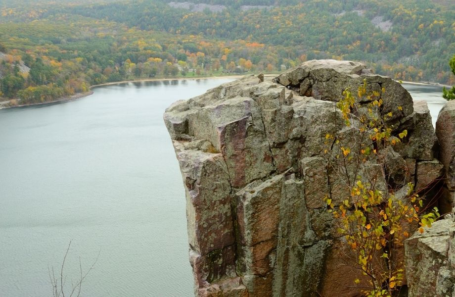 where to go for hiking in the Dells, large rock overlooking lake on the West Bluff Trail