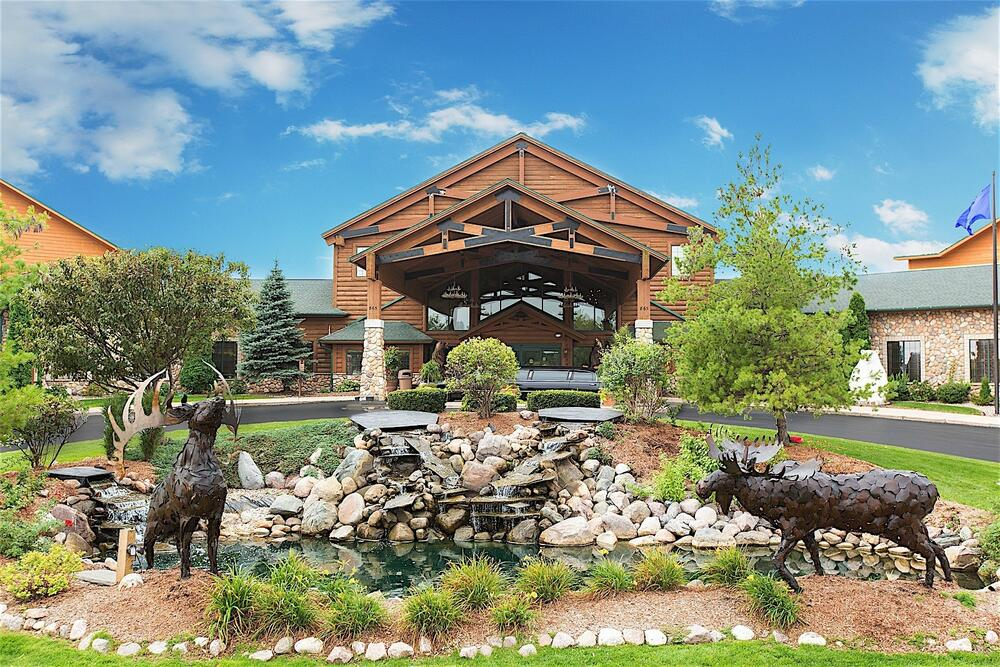 green bay hotels with water parks, exterior of Tundra Lodge Resort